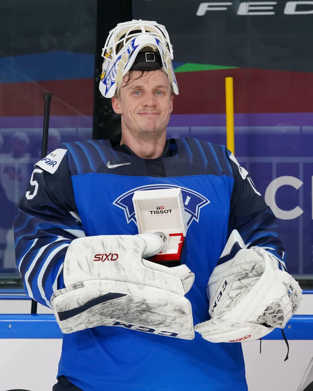 Jussi Olkinuora poserar med priset för matchens bästa spelare.
