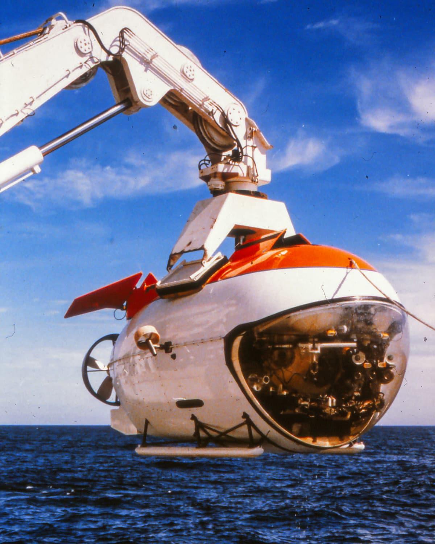 MIR-sukellusalusta nostetaan Rauma-Repolan valmistamalla erikoisnosturilla.