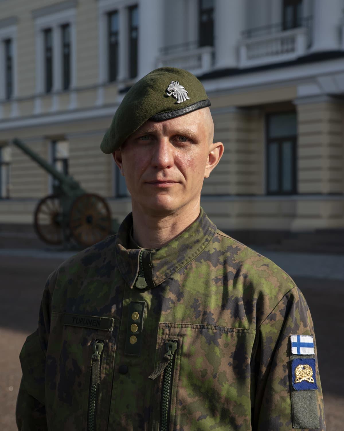 Kapteeni seisoo Reserviupseerikoulun edessä Haminassa.