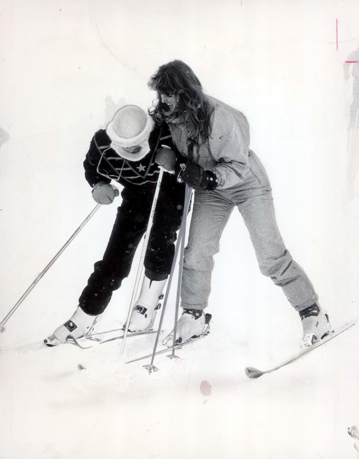 Diana ja Sarah tönivät toisiaan laskettelusukset jalassa.