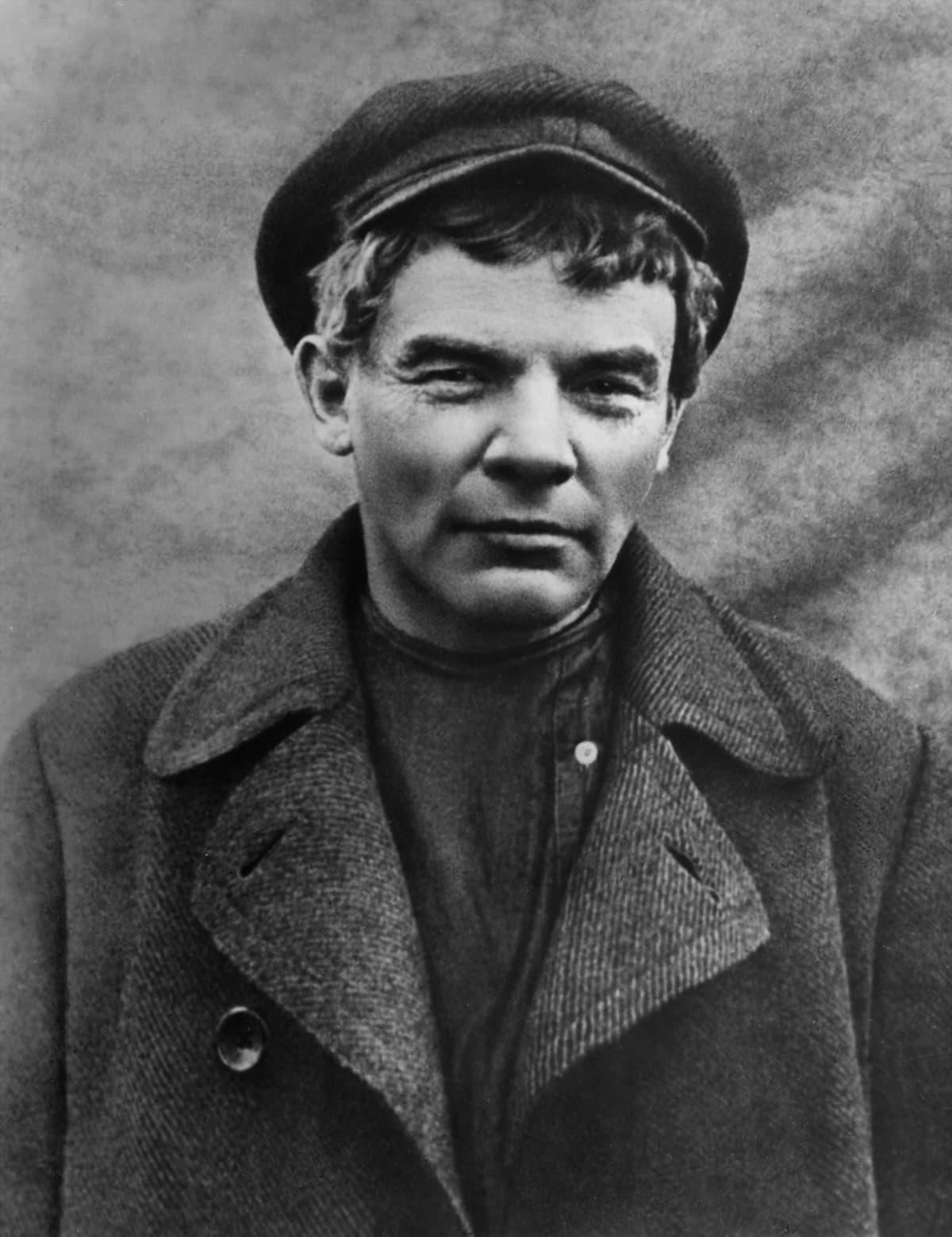 Lenin veturinkuljettajaksi naamioituneena.