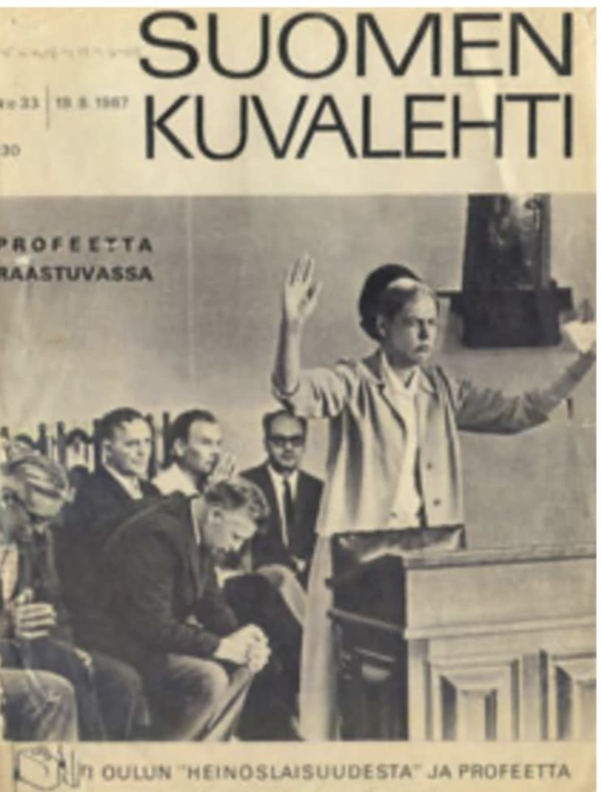 Nainen seisoo oikeussalissa kädet pystyssä.