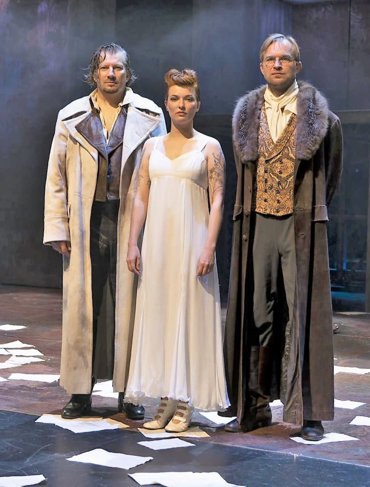 Lahden kaupunginteatterin näyttelijöitä Sota ja rauha -näytelmässä