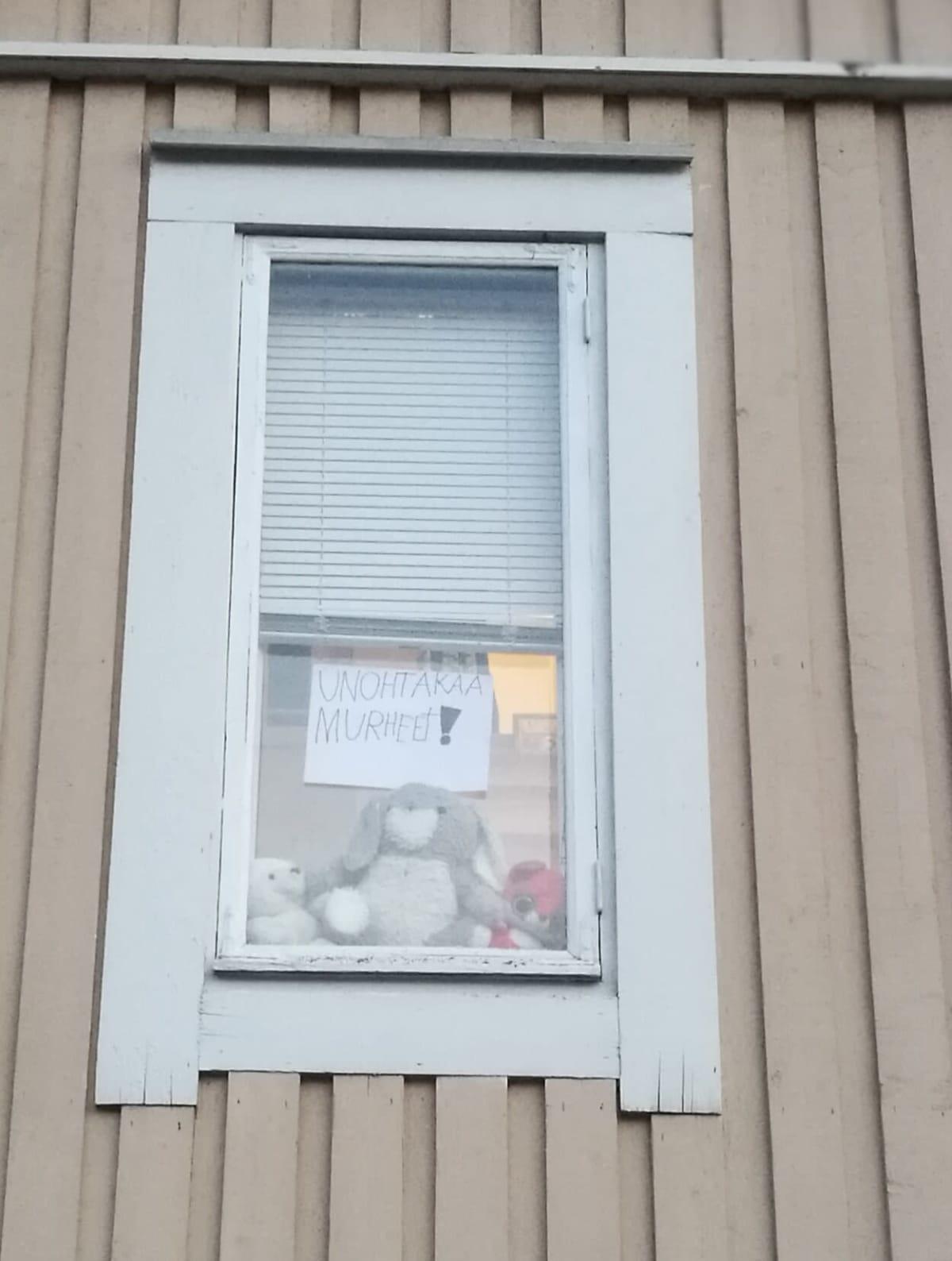 Pupu ja nalle istuvat ikkunanlaudalla.