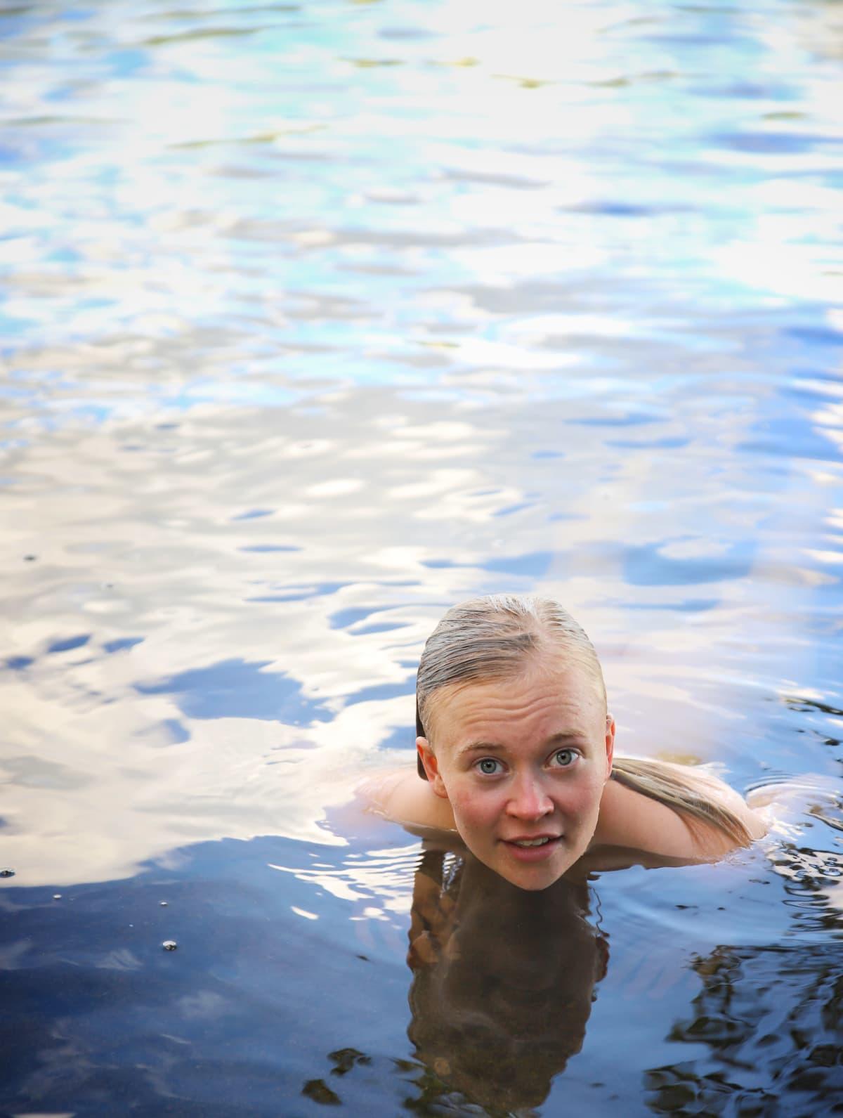 Eeva Rajakangas uimassa Tohloppi-järvessä.