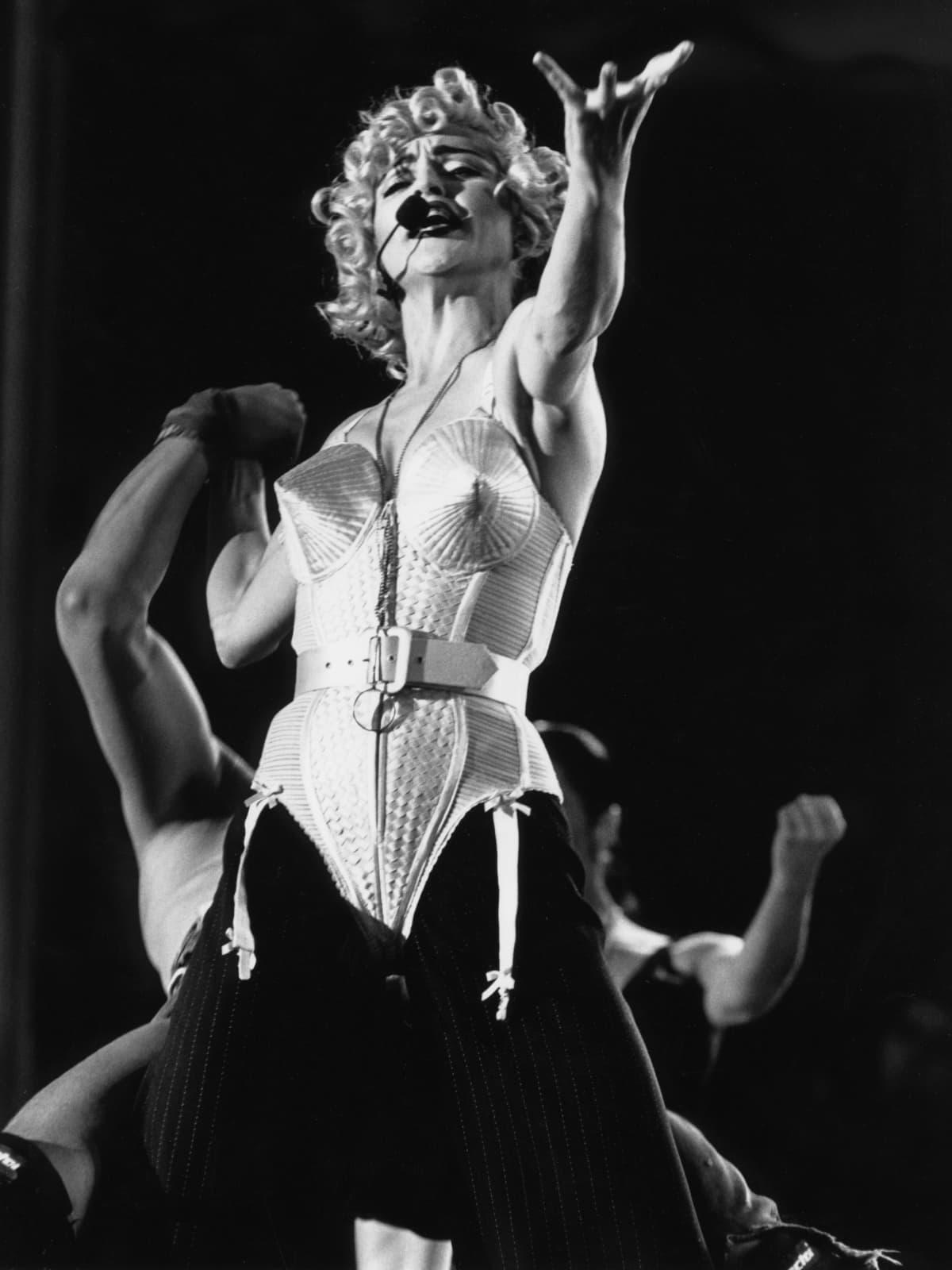 Mustavalkokuvassa poptähti Madonna laulaa päällään alusbody, jossa on terävät rintakupit.
