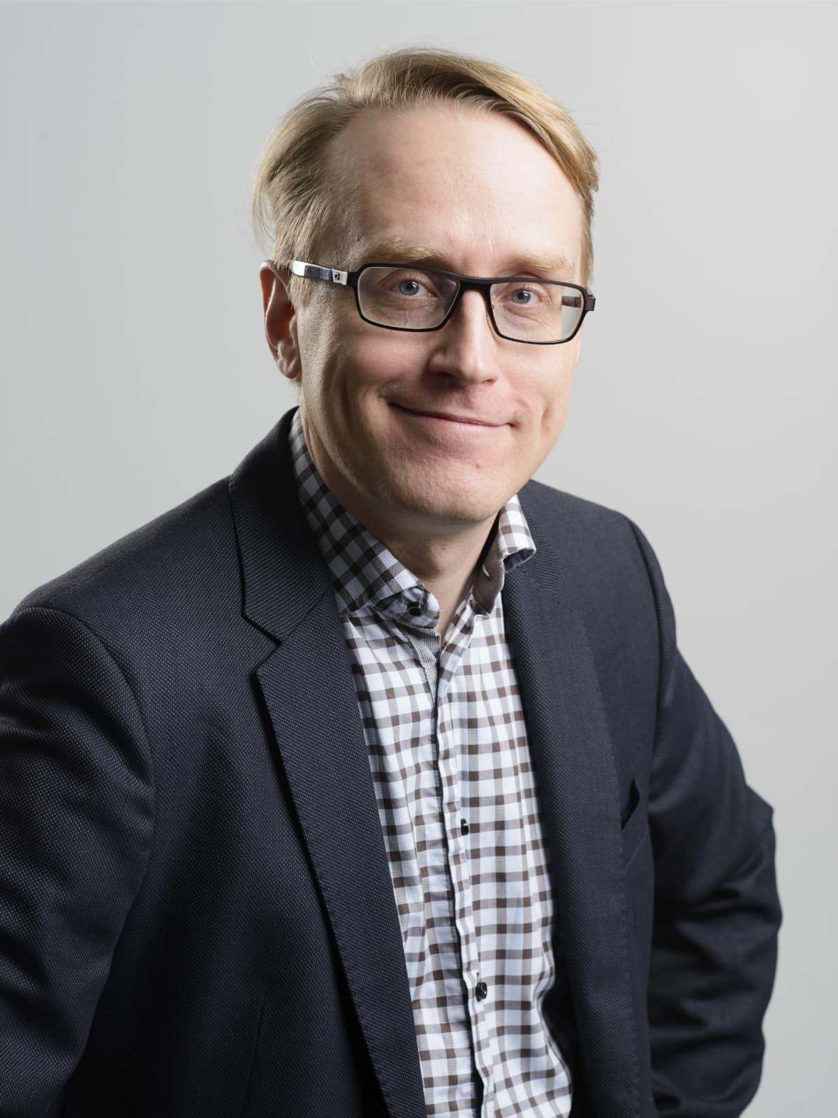 Tutkija, psykologian tohtori Jukka Häkkinen katsoo kameraan.