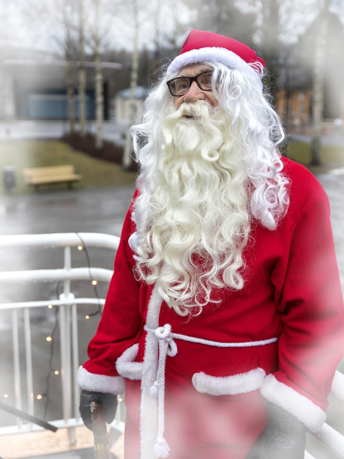 Joulupukki terassilla.
