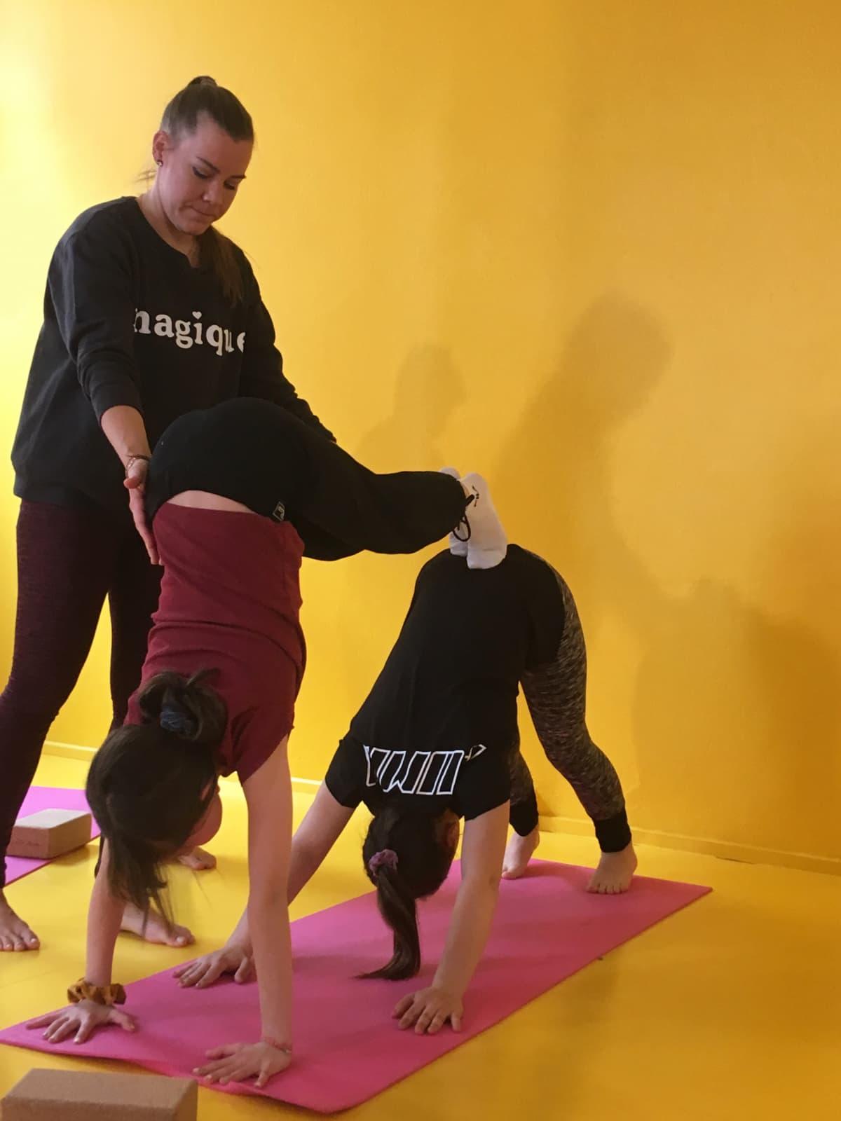 Joogaohjaaja Inka Saini ohjaa lapsille kehonhallintaa