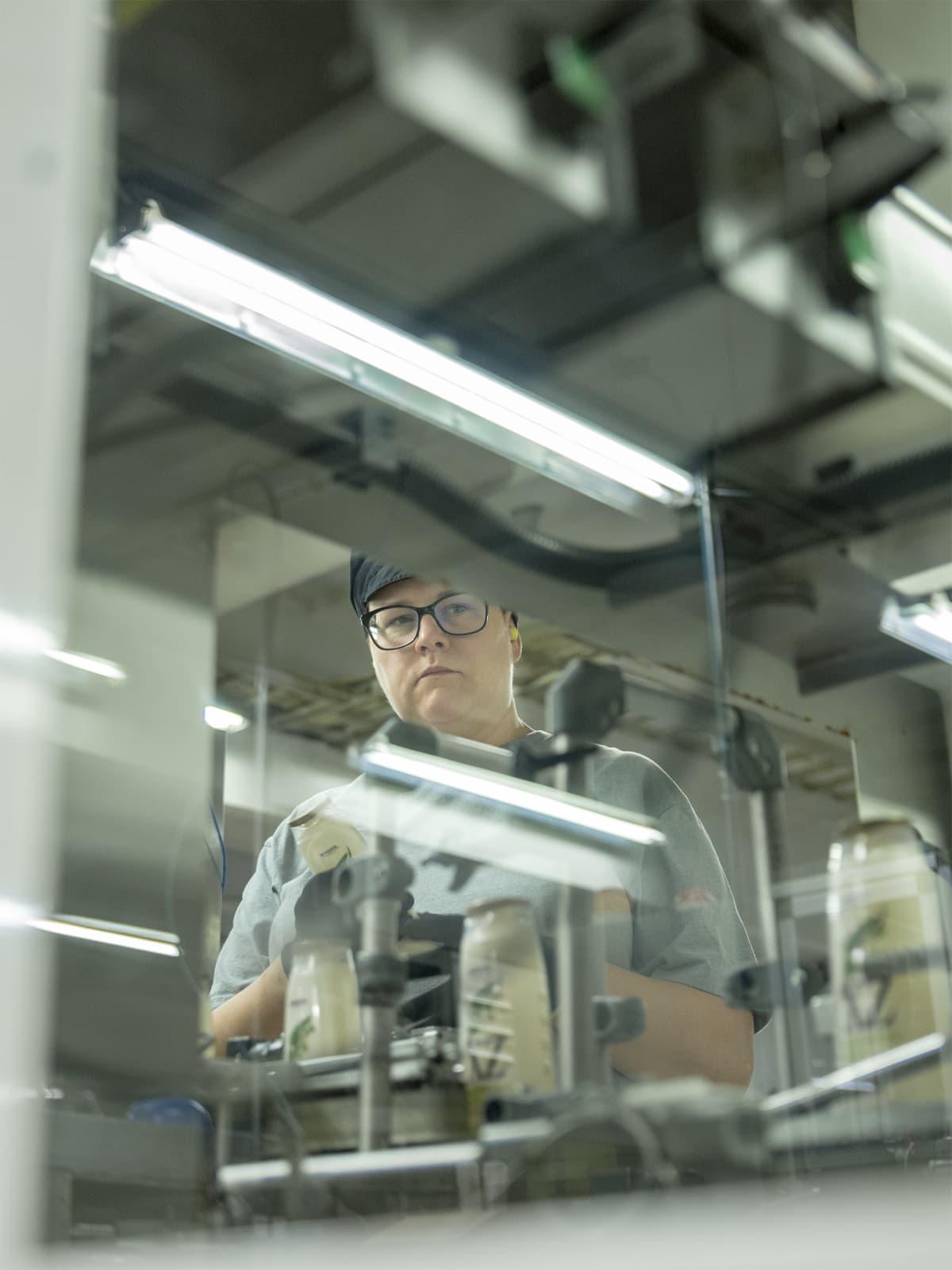 Piia Puustinen työskentelee tehtaan pakkaamossa