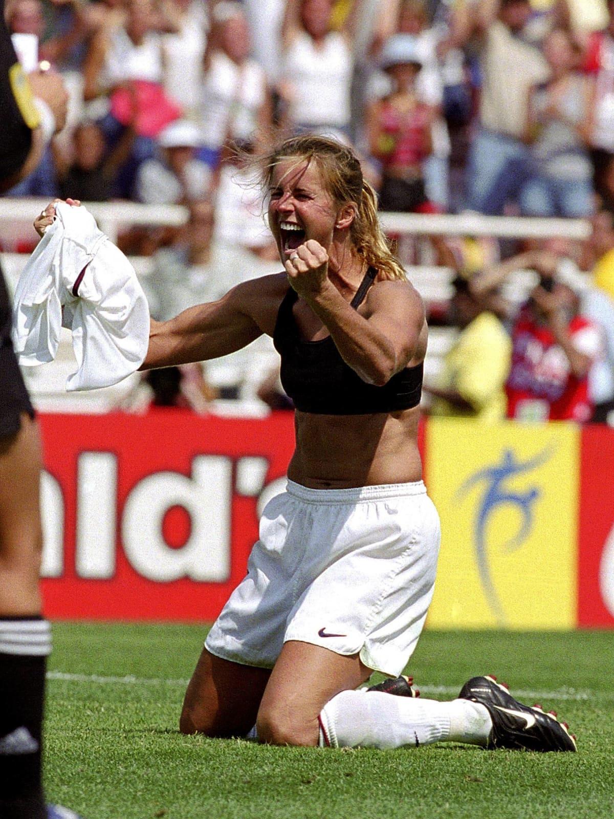 Brandi Chastain tuuletti onnistuttuaan ratkaisevassa rangaistuspotkussa Kiinaa vastaan vuoden 1999 MM-turnauksen loppuottelussa.
