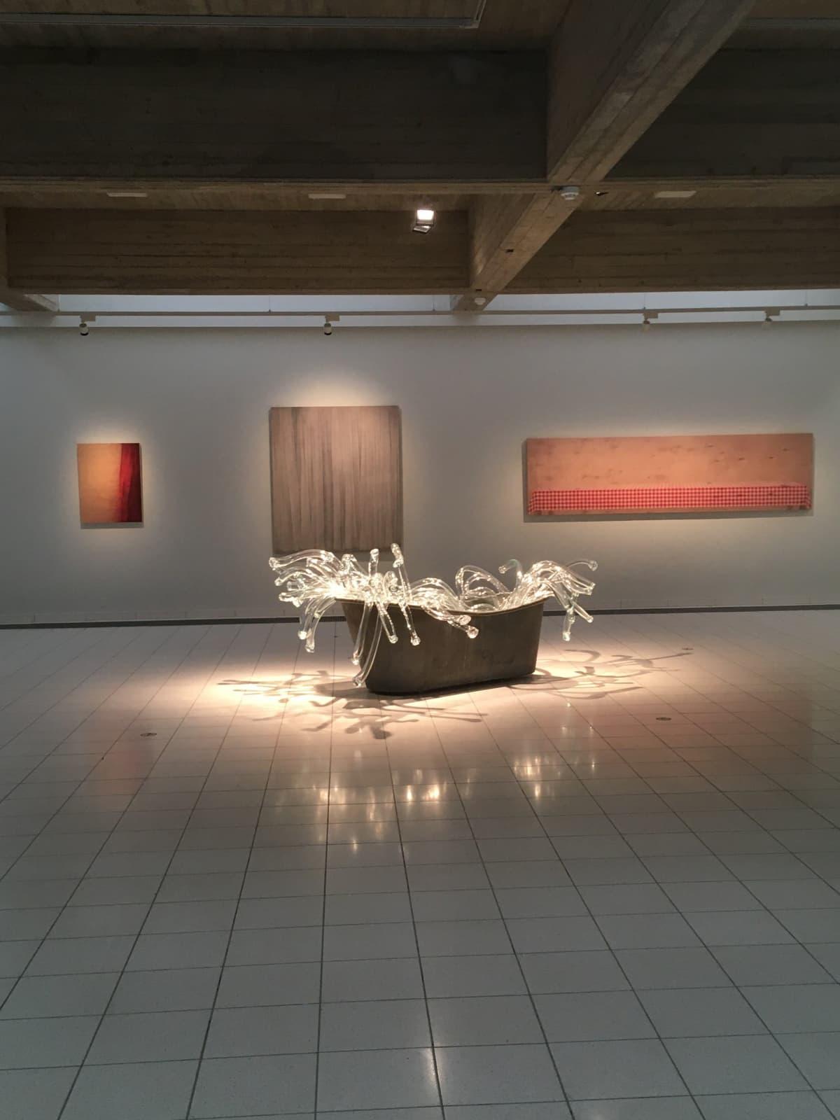 Näkymä Sara Hildénin taidemuseon näyttelyssä Still Still Life.