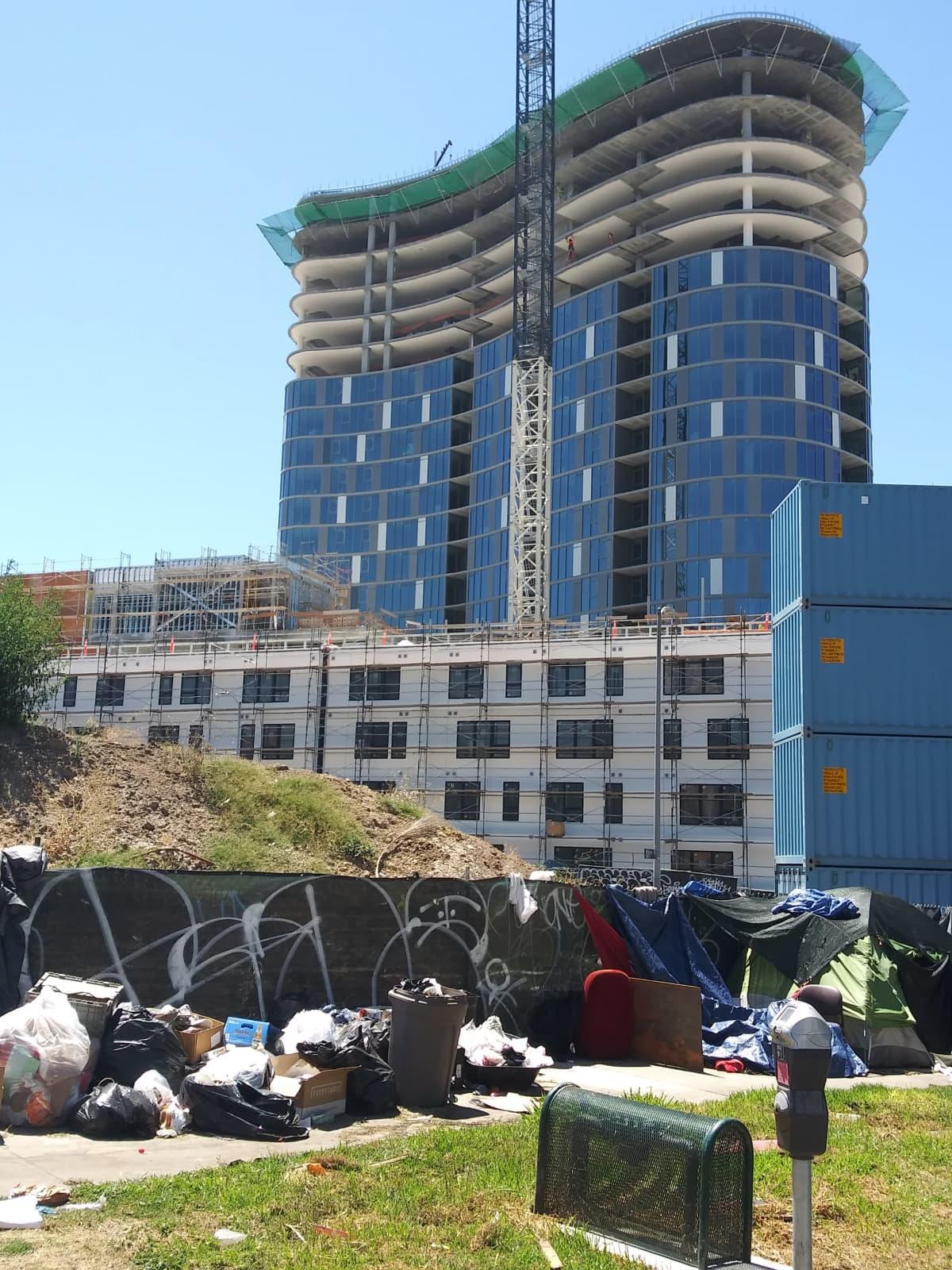 Los Angelesiin nousee luksuskerrostaloja, mutta kohtuuhintaisia asuntoja ei ole tarpeeksi.