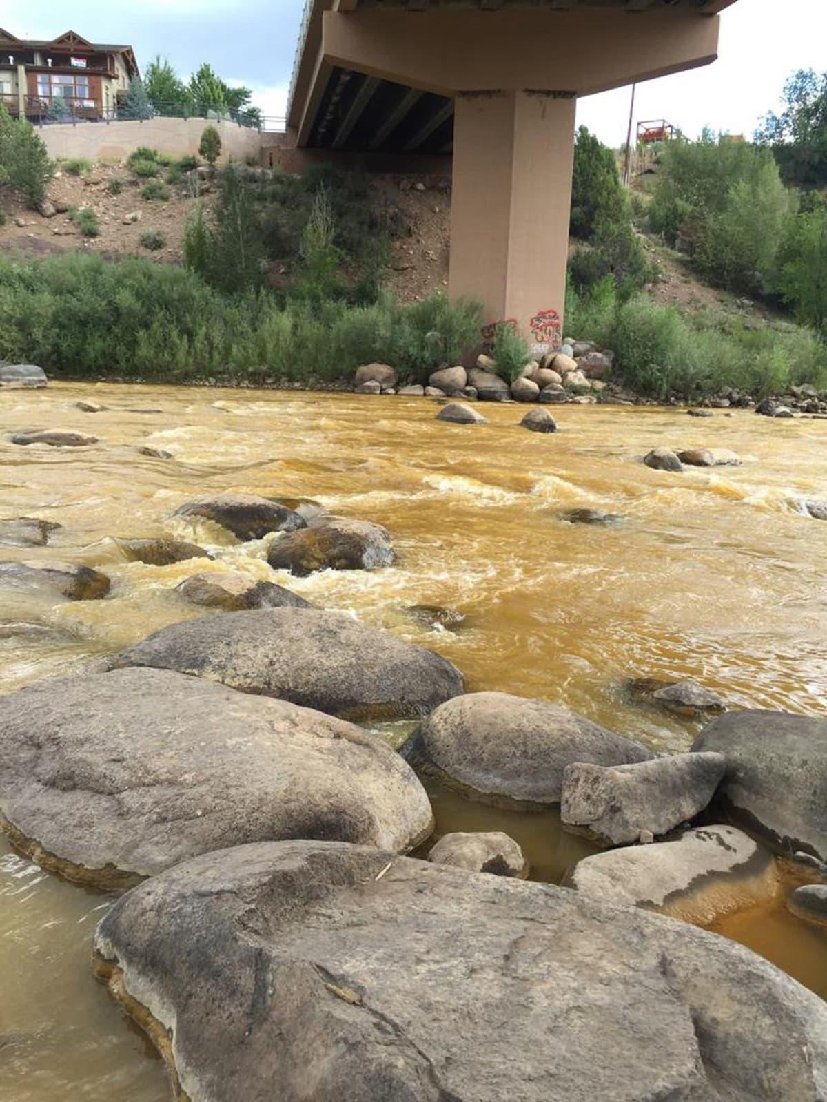Ympäristösuojeluviranomaisten julkaisema valokuva Animas-joen värjääntyneestä vedestä.