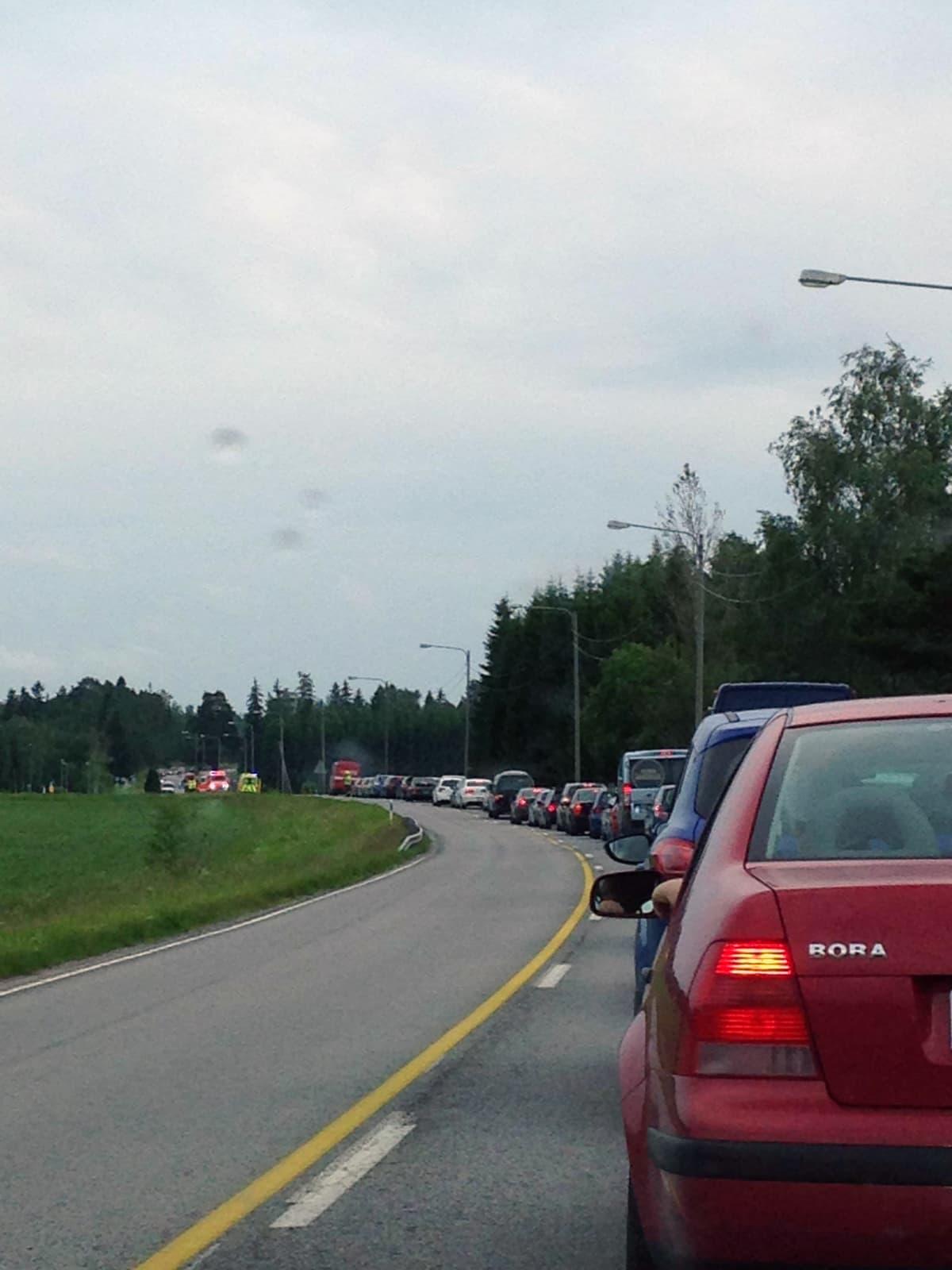 Onnettomuus Vandontiellä. Liikenne jonoutuu.