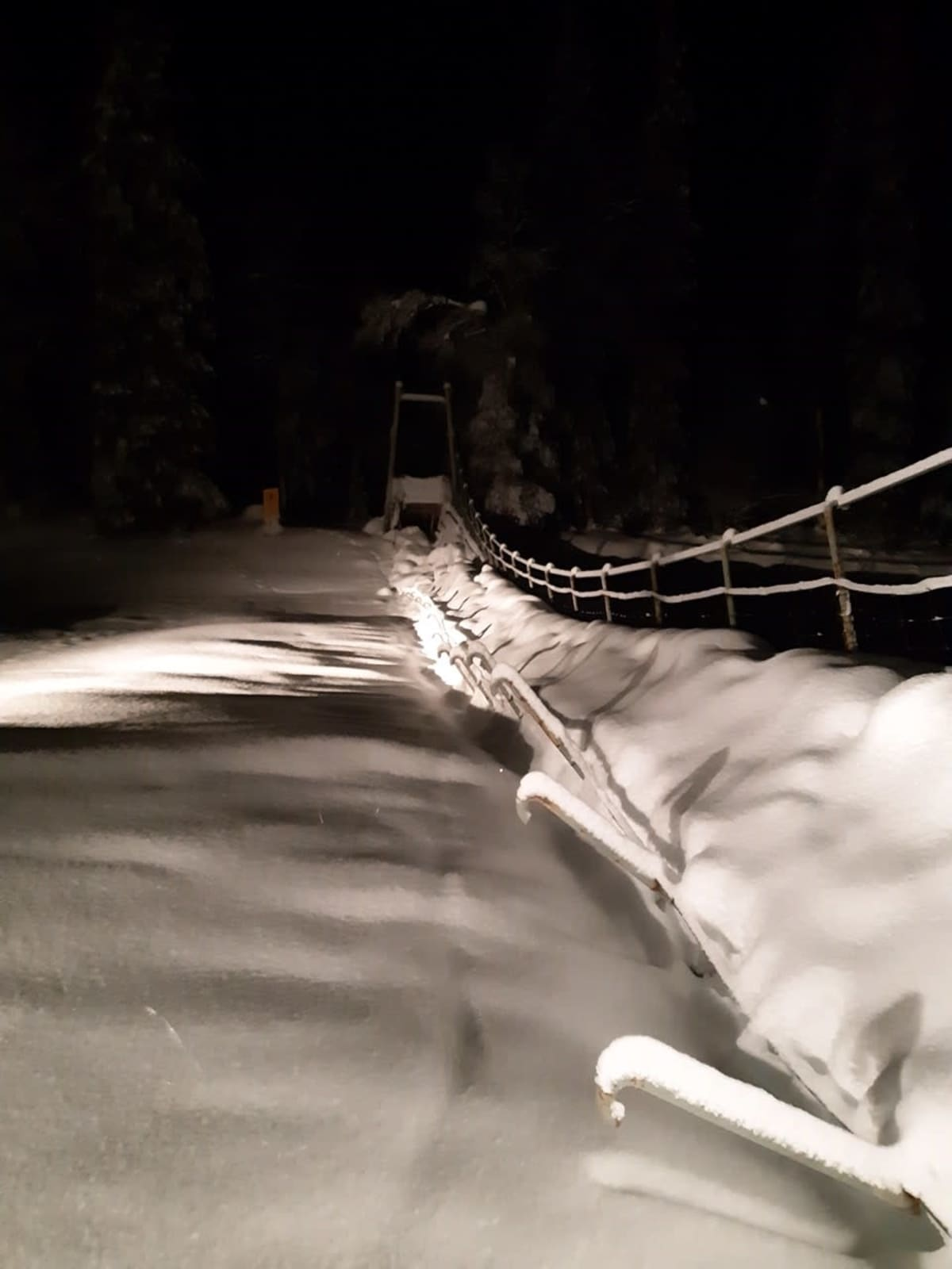 Lumen painosta talvella 2020 romahtanut Nuorttijoen riippusilta Urho Kekkosen kansallispuistossa.