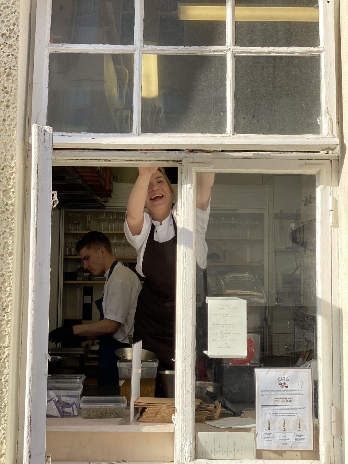 Ravintola Orassa ojennetaan noutoruoka asiakkaille ikkunan kautta poikkeustilan aikana.