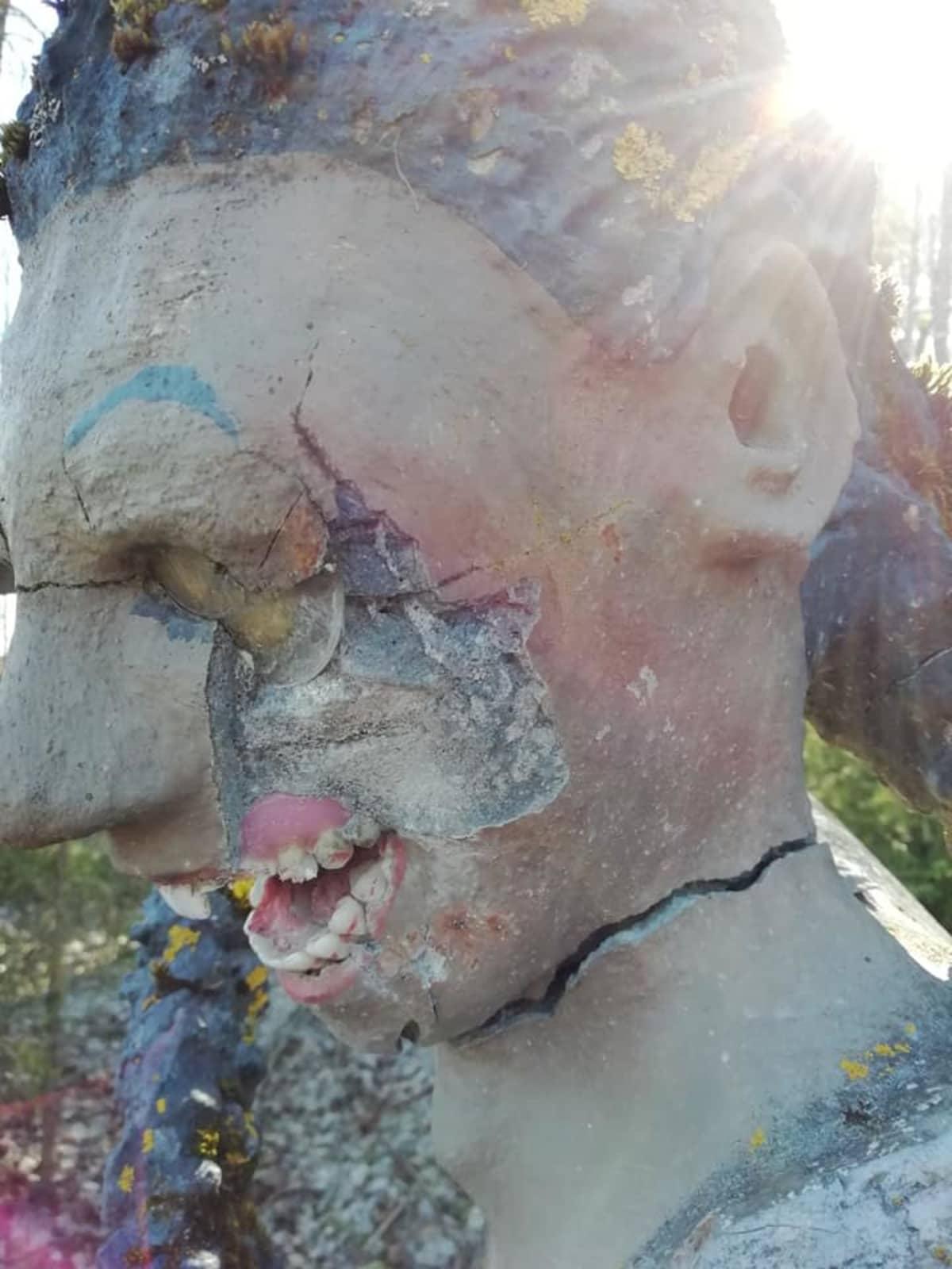 Rikotun patsaan poski Parikkalan patsaspuistossa.