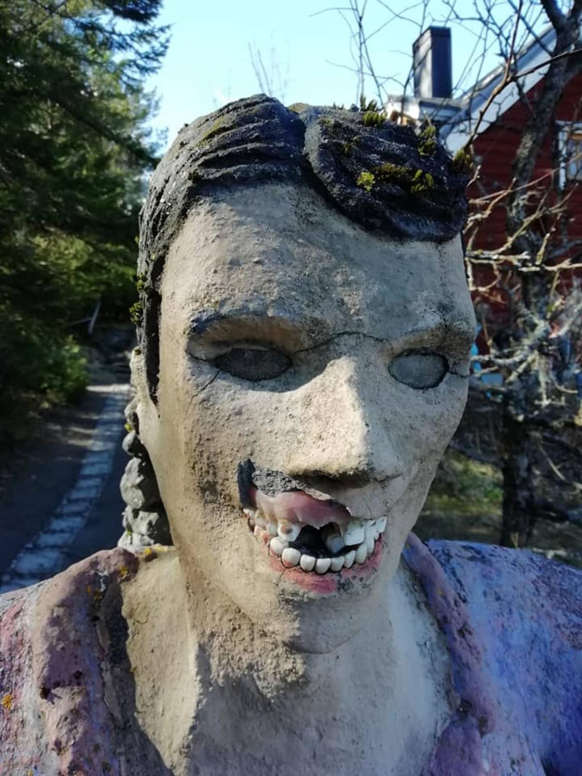 Parikkalan patsaspuistossa oleva patsas, jolta on rikottu hampaita.