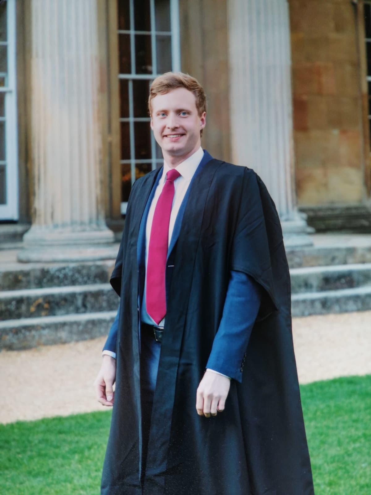 Jere Järlström Cambridgen yliopistoon vihkijäisissä.