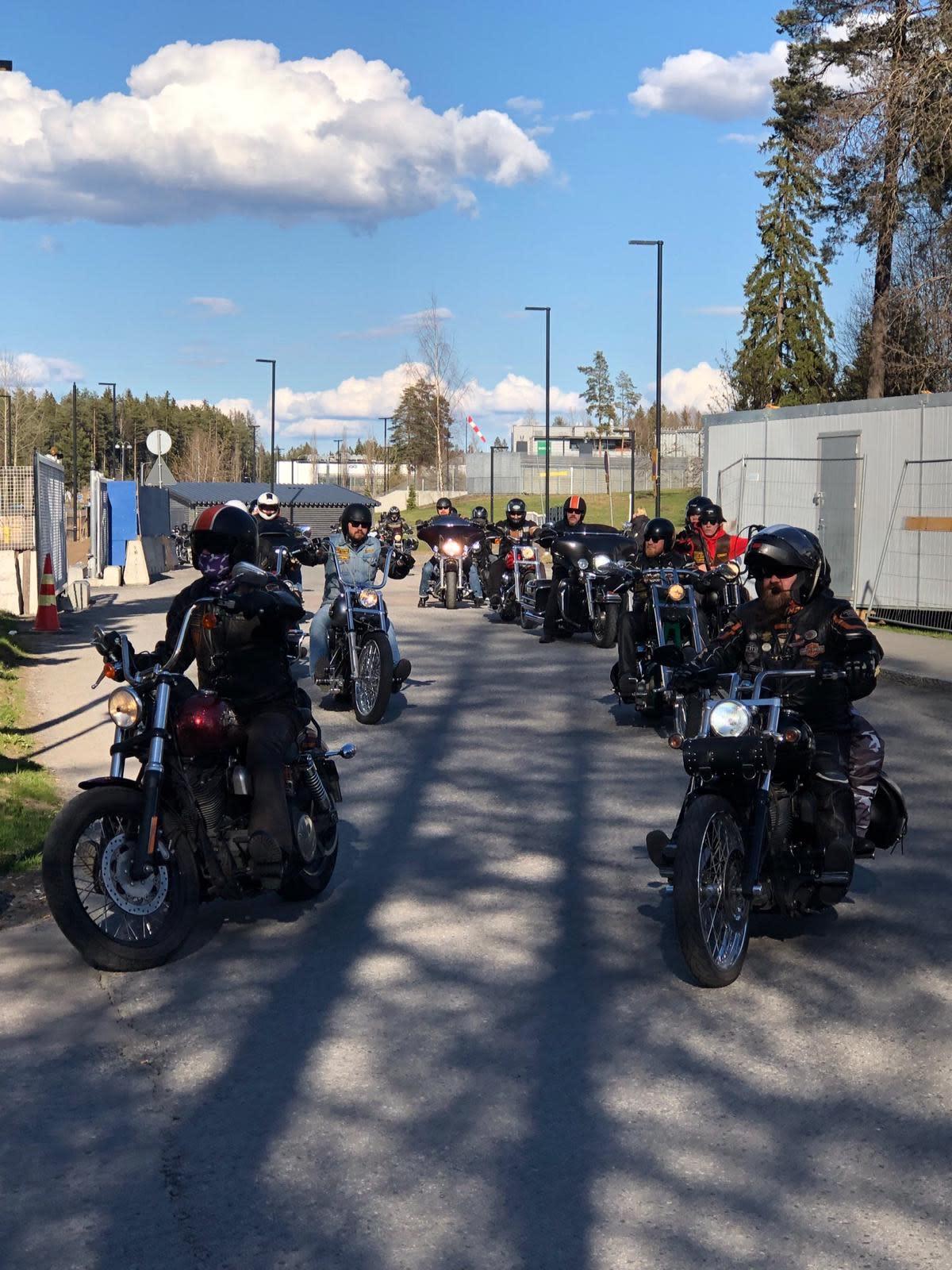 Harley-Davidson-harrastajat tekevät kunniakierroksen Tays Keskussairaalalla