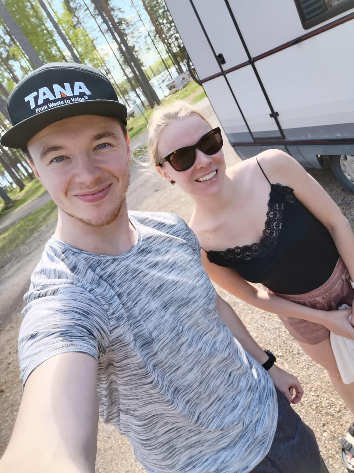 Jani Keto ja Anniina Vilkki poseeraavat selfiessä.