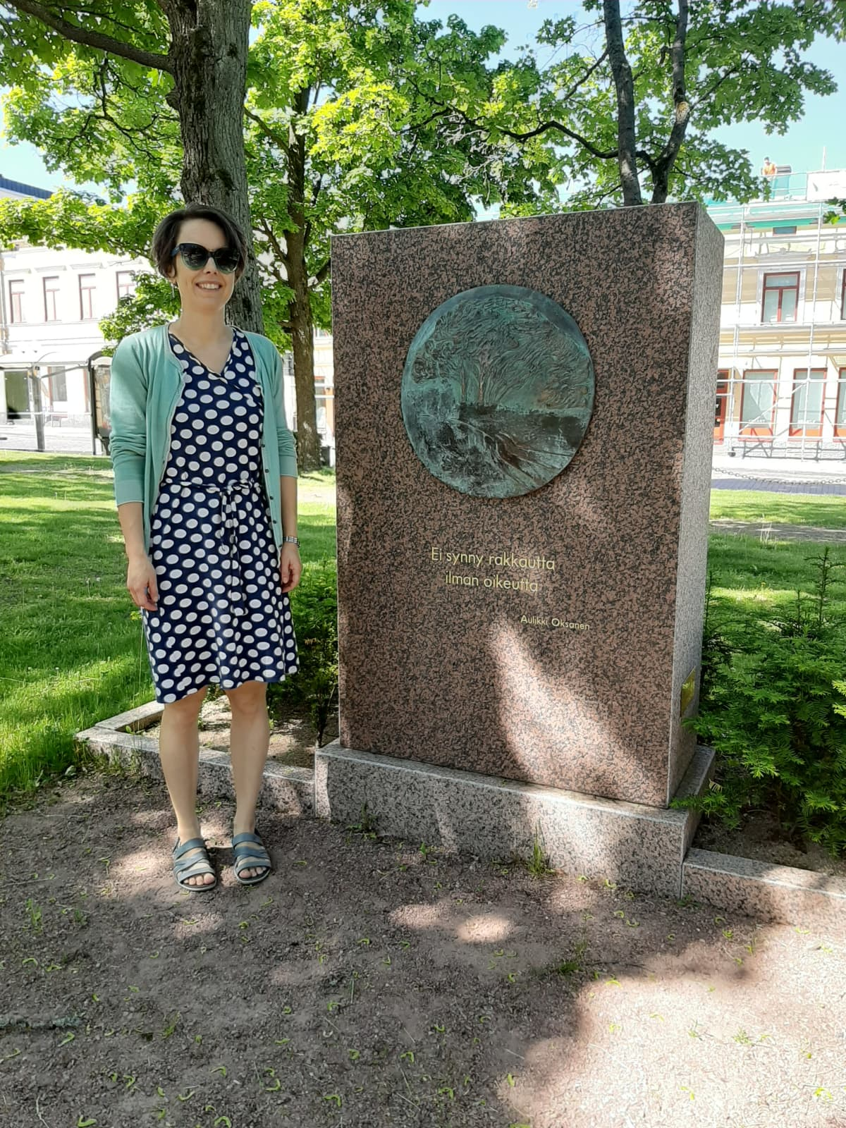 Intendentti Anni Suisto punaisten muistomerkillä Porissa.