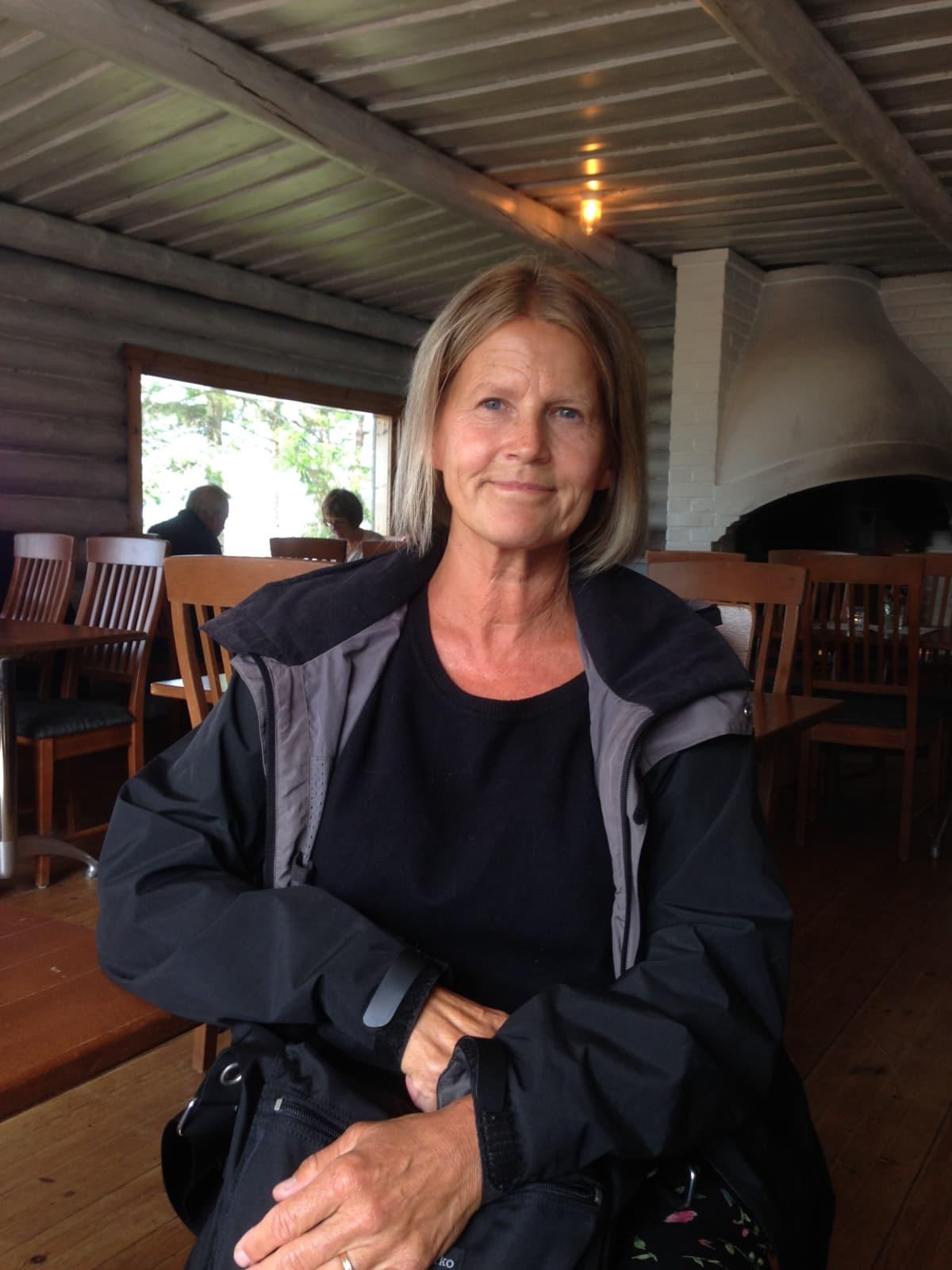 Nainen istuu kahvituvassa