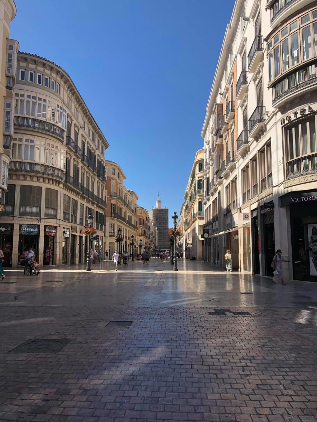 Malagan katu Calle Larios lähes autiona aurinkoisena kesäpäivänä.