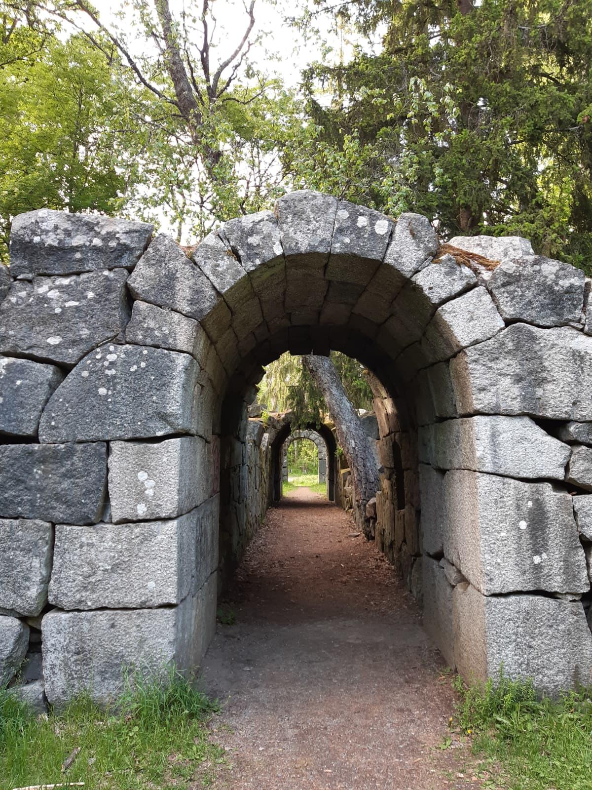 Kivinen linnan käytävä.
