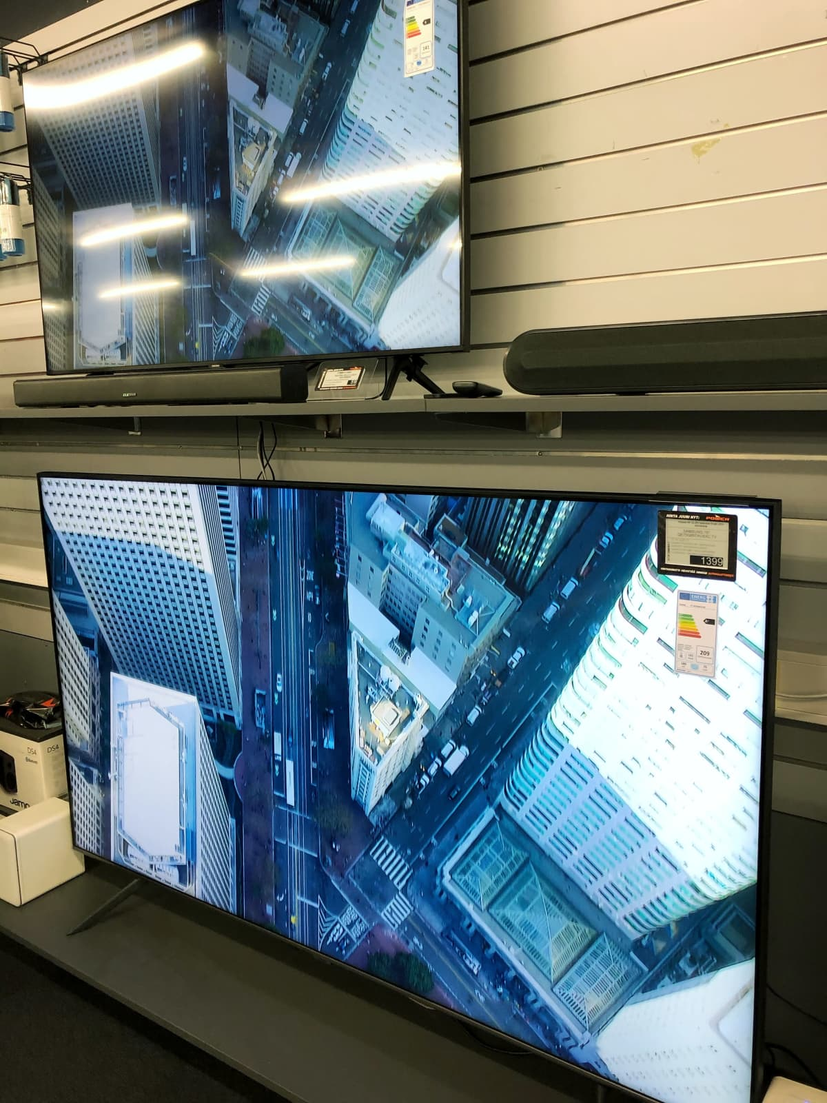 Suuri televisio liikkeen seinällä.