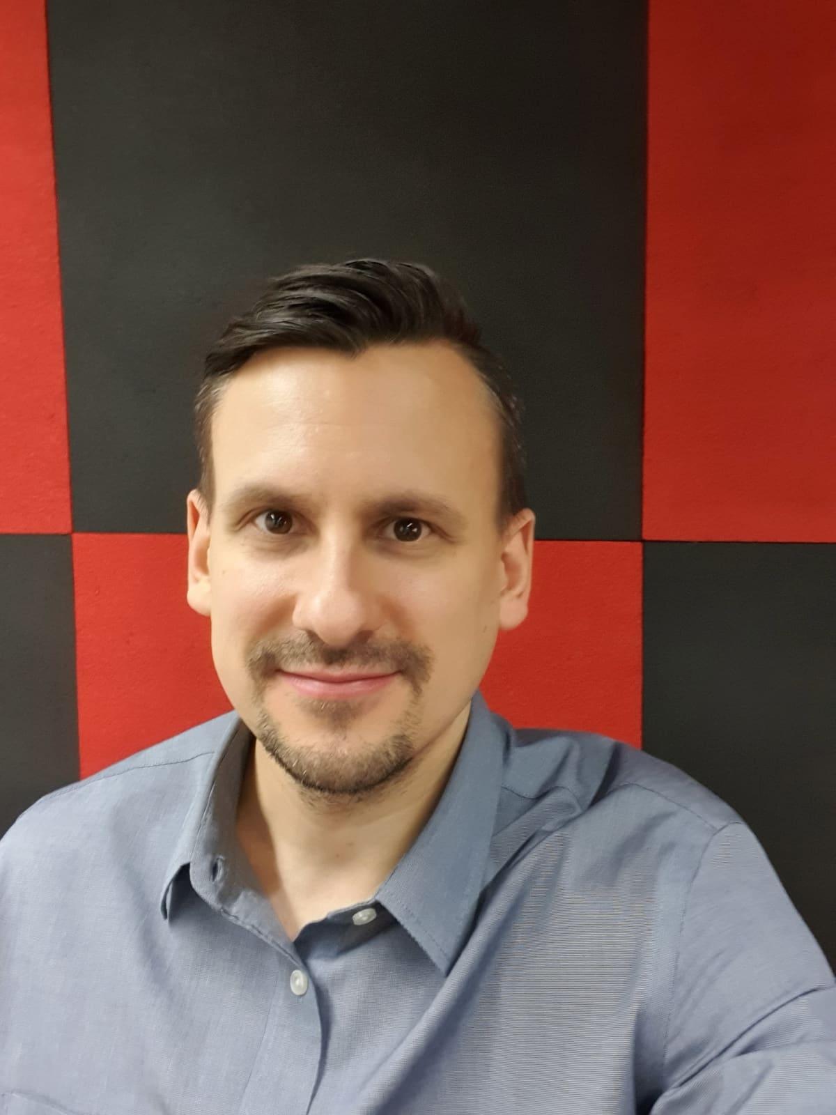 Verkkokauppa.comin kaupallinen johtaja Vesa Järveläinen hymyilee kameralle.