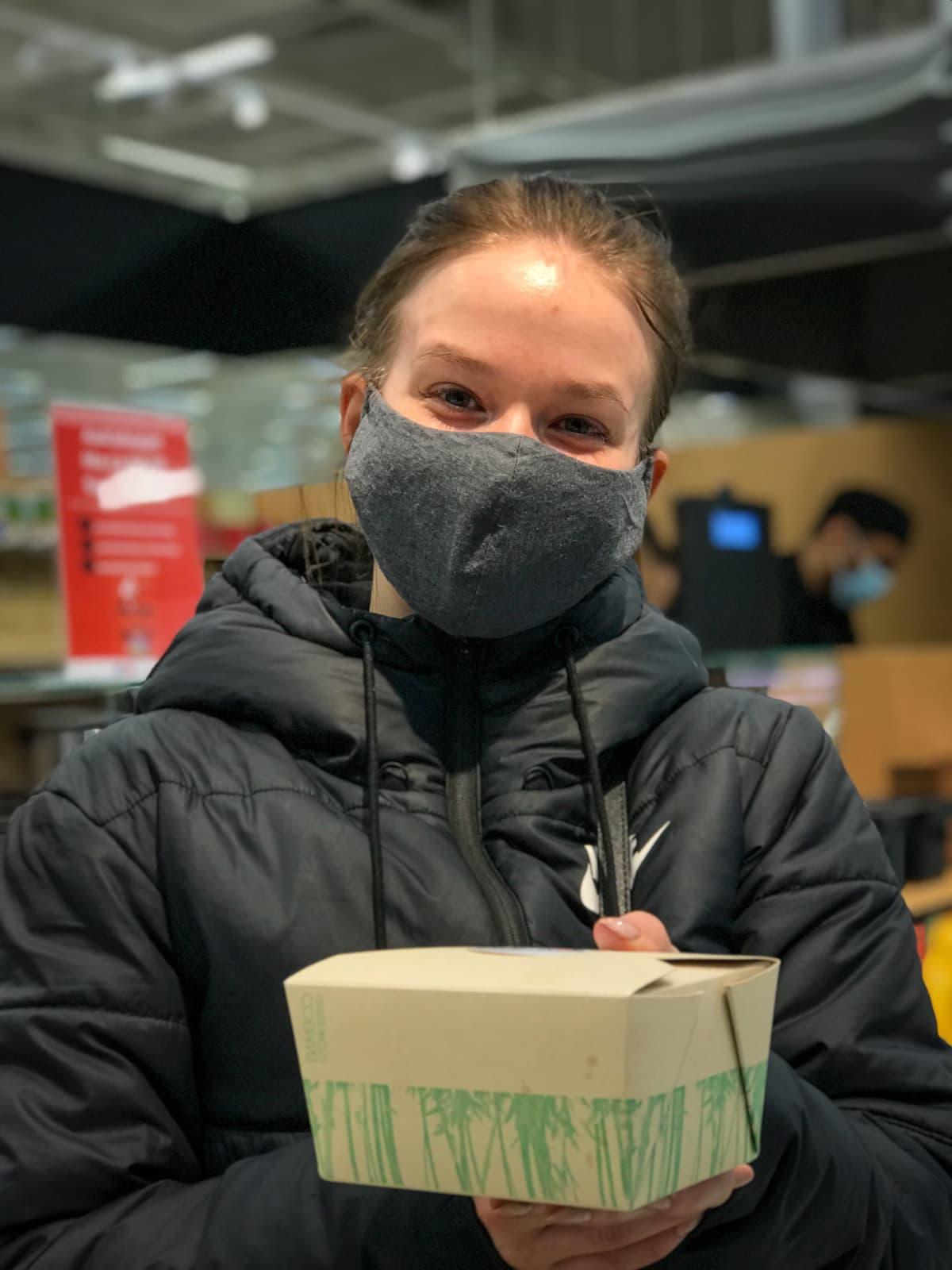 Tamperelainen Oona Nyblom haki Lielahden kauppakeskuksen ravintolasta lounaaksi wokkia.