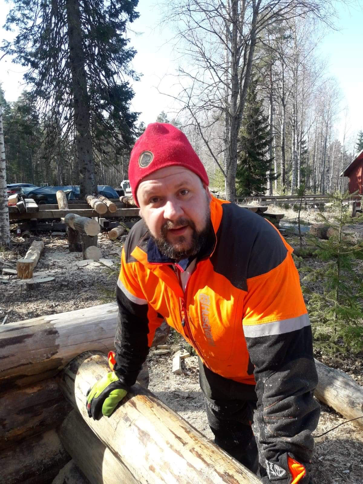 Metsuriopiskelija Jani Jaatinen hirsityön kurssilla