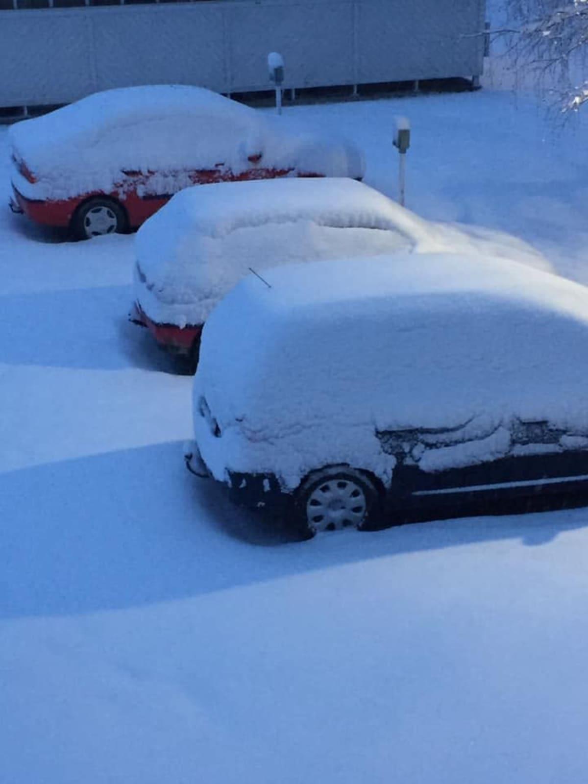 Autoja lumen peitossa kerrostalon pihassa Ilomantsissa.