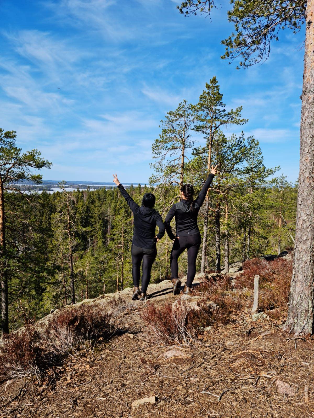 Kaksi naista Etelä-Konneveden kansallispuistossa