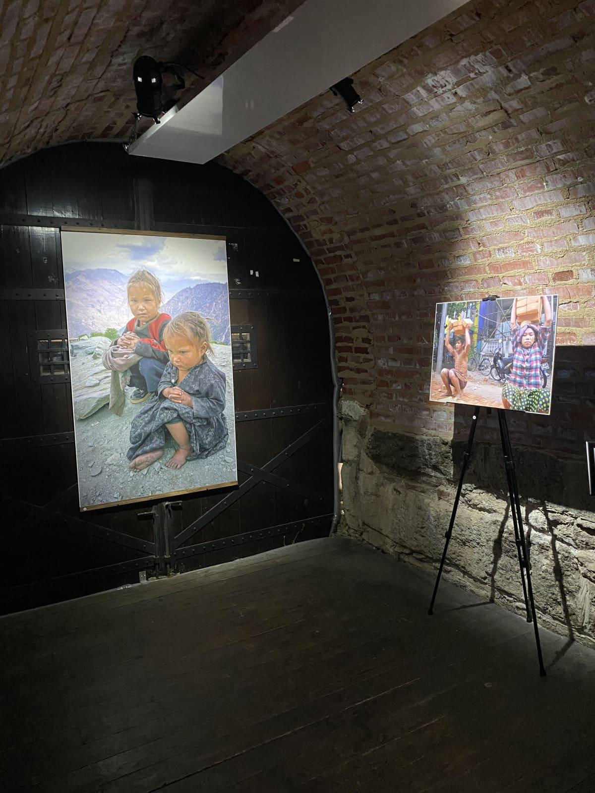Kaksi valokuvaa esillä näyttelyssä