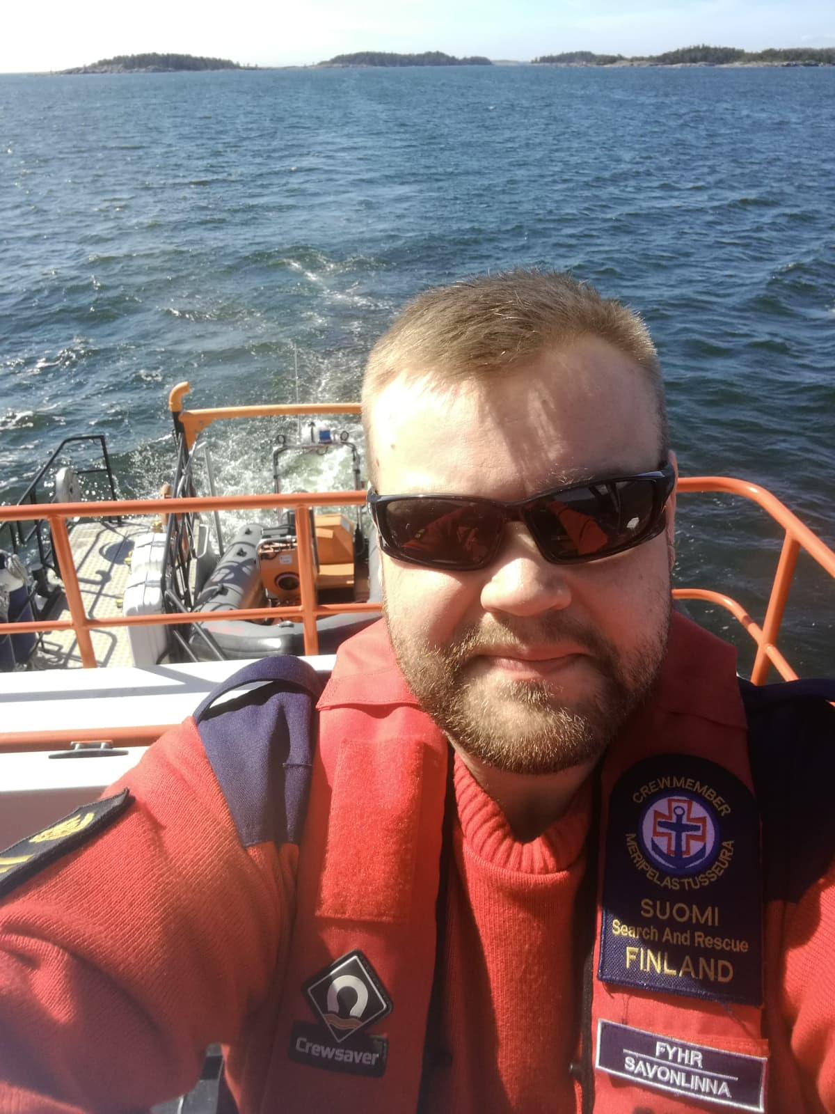 Mikael Fyhr ajaa venettä.