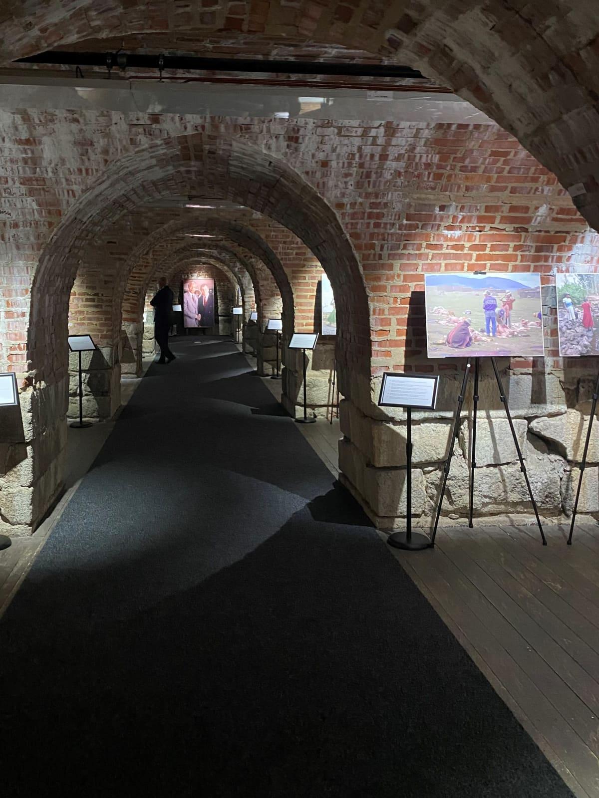 Kuva Hamina Bastionista sisältä, jossa valokuvia kehyksissään.