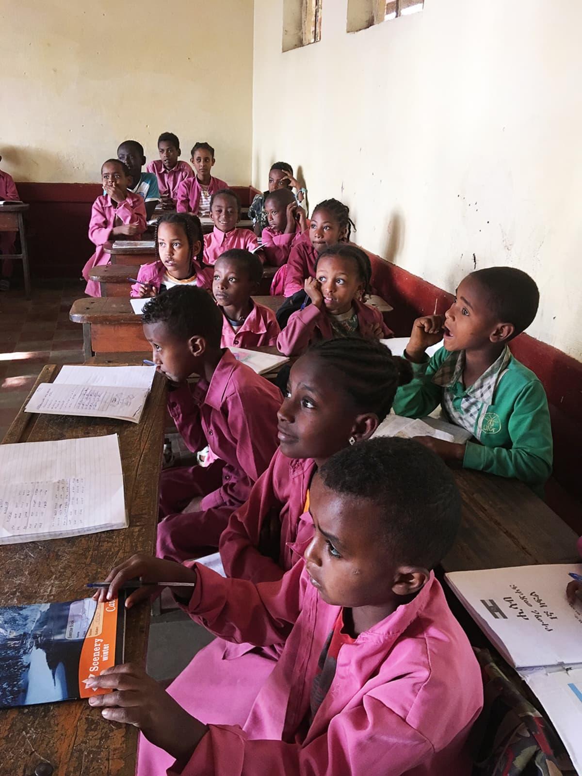 Lapsia koululuokassa Etiopiassa.