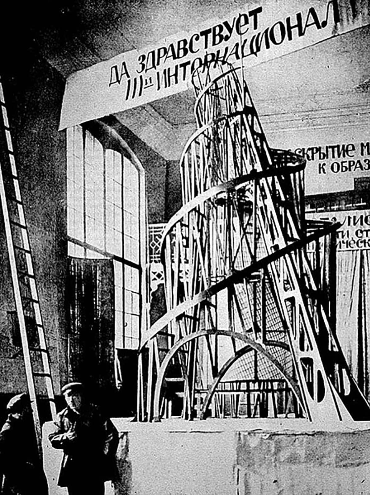Vladimir Tatlin ja  apulainen Third internationa -mallin edessä