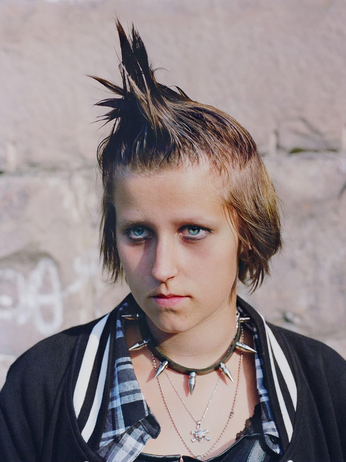 Lähikuvass nuori, kajaanilainen punkkarityttö.