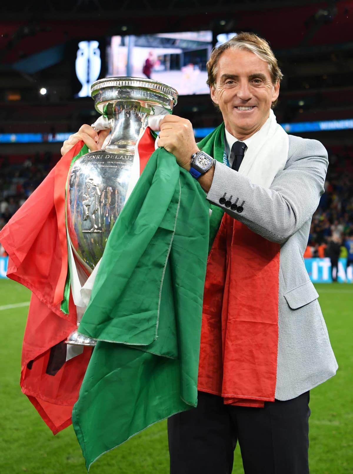 Mancini tuulettaa EM-pokaalin kanssa.