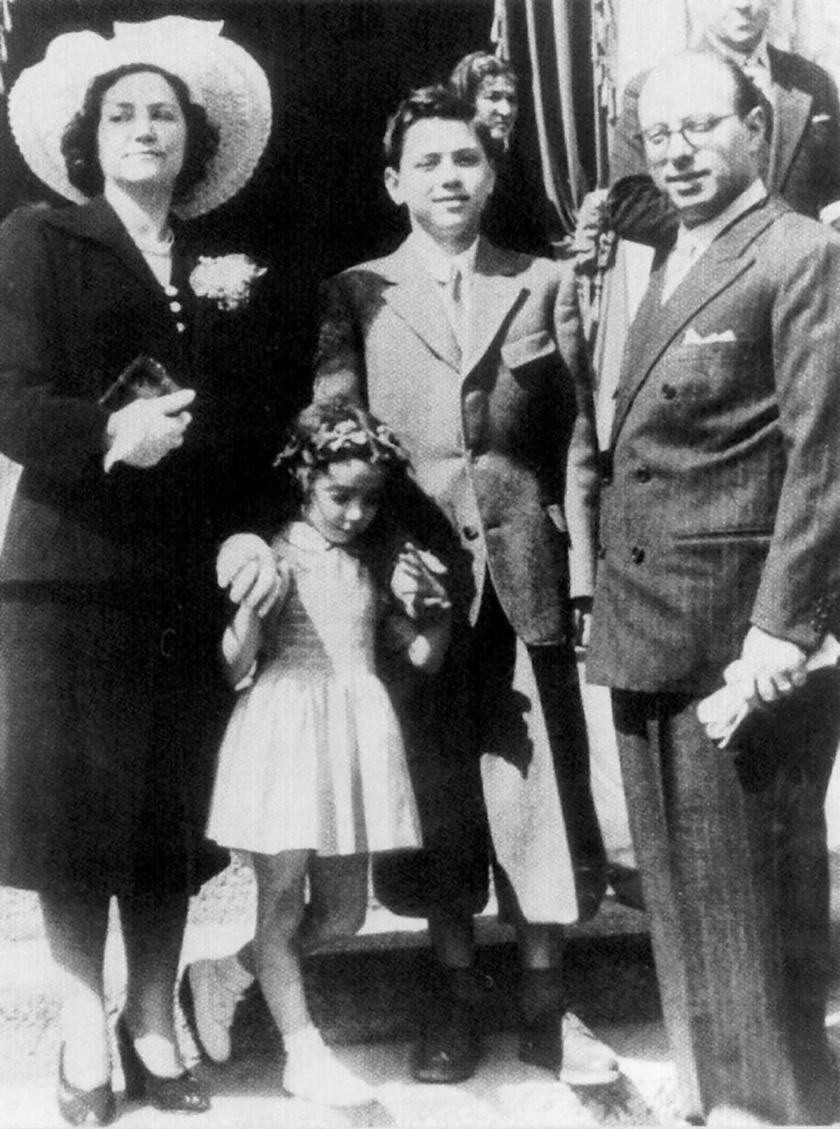Päiväämätön kuva Silvio Berlusconin perheestä. Kuvassa Silvion sisar Maria Antonietta sekä vanhemmat Rosa ja Luigi.
