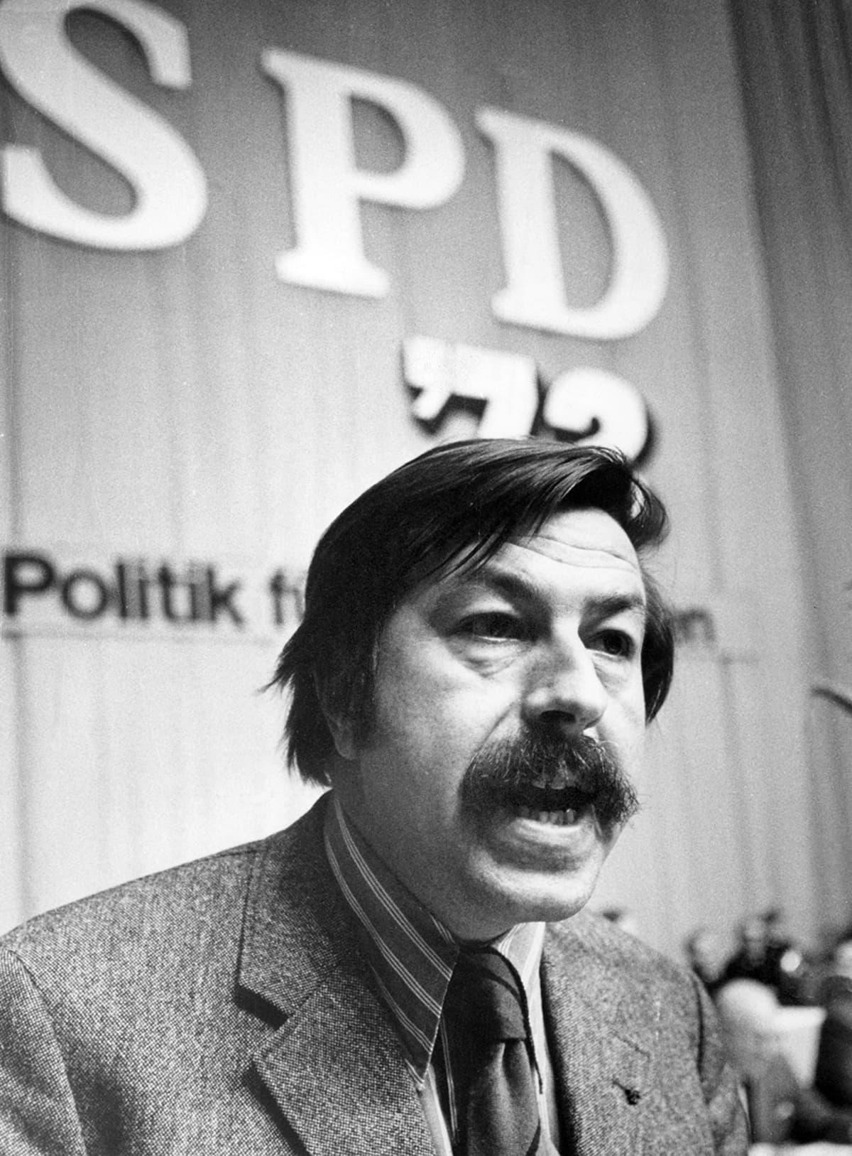 Günter Grass puhumassa SPD:n puoluekokouksessa Dortmundissa, Saksassa huhtikuussa 1972