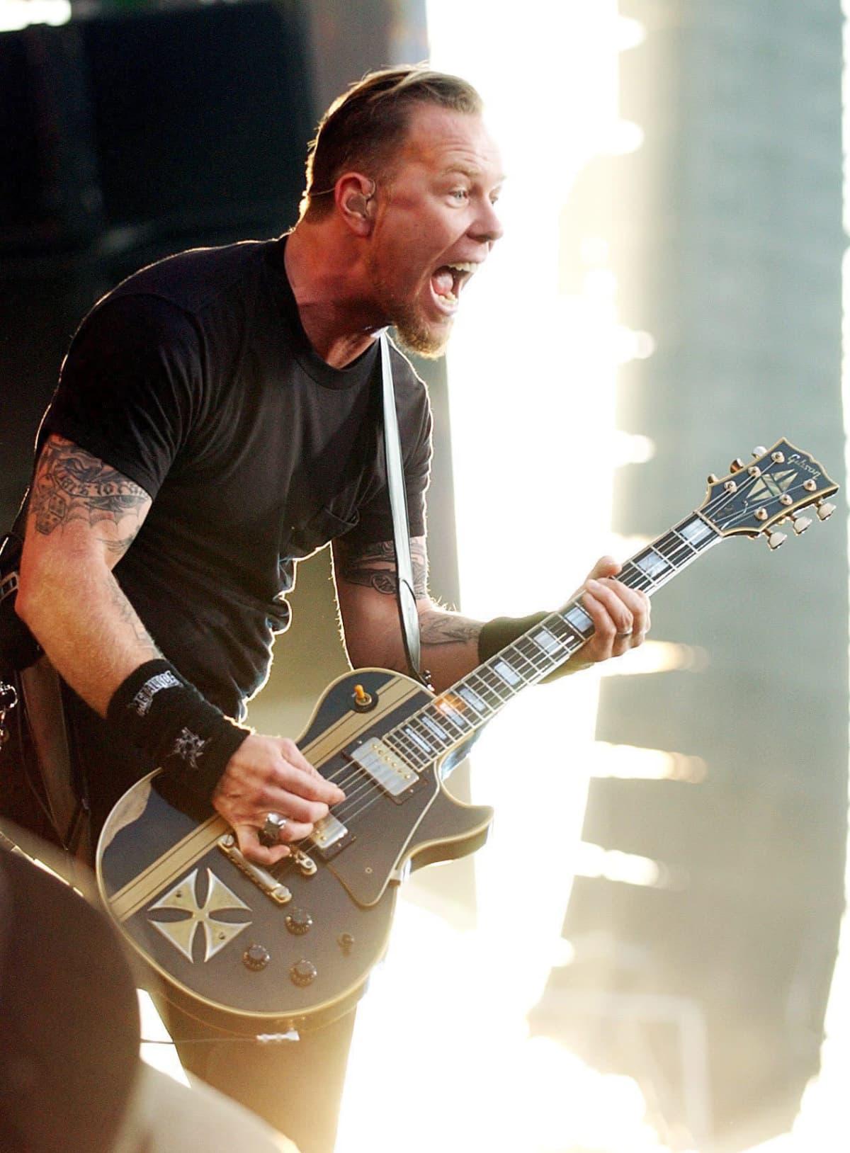 James Hetfield esiintymässä.