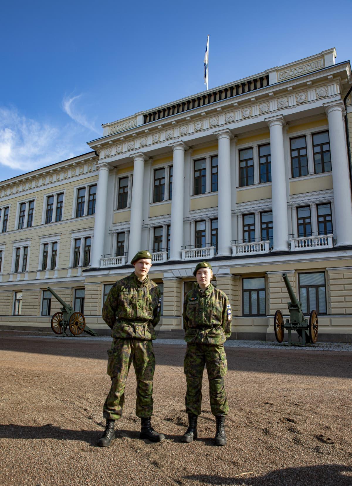 Upseerioppilaat Haminassa reserviupseerikoulun päärakennuksen edessä.