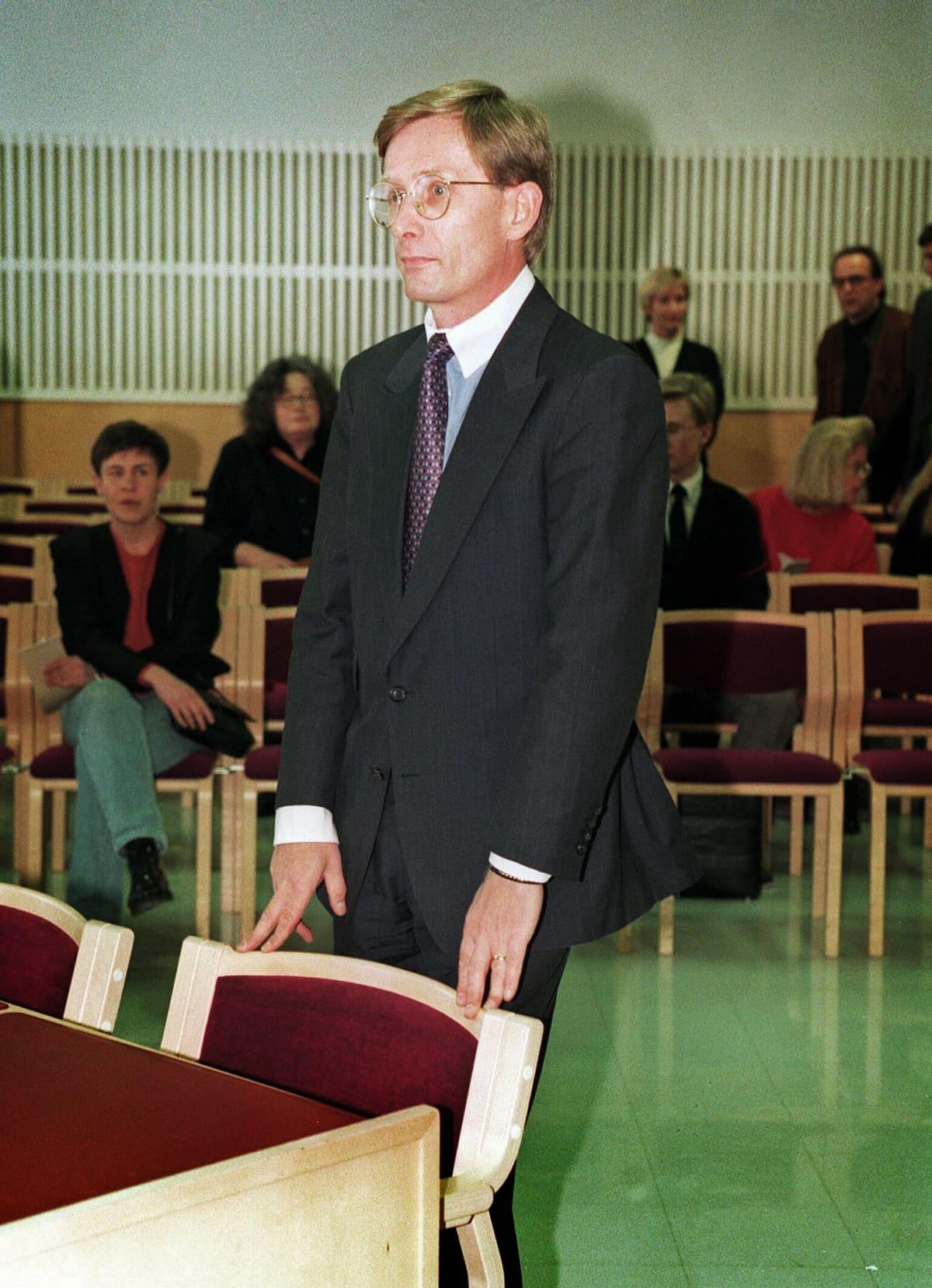 Asianajaja Robert Liljeström oikeudenkäynnissä.