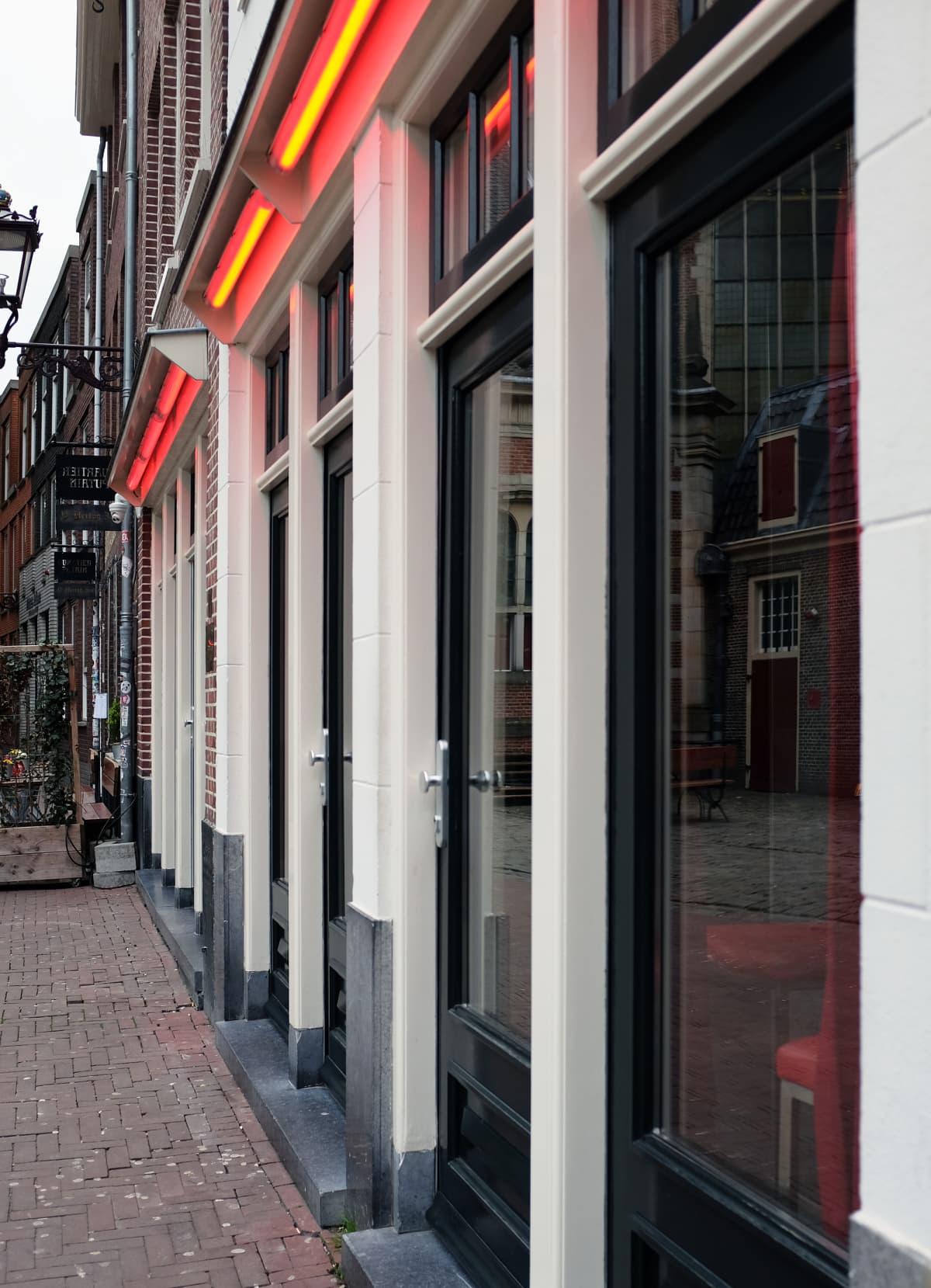 Punaisten lyhtyjen alue Amsterdamissa.