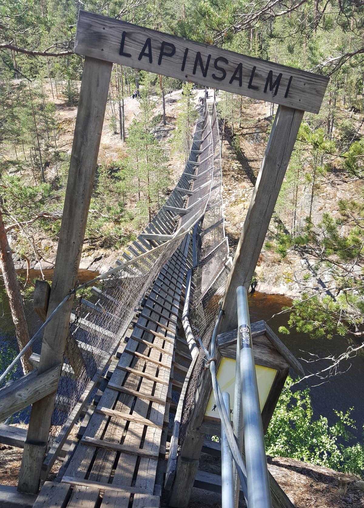 Repoveden kansallispuiston romahtanut riippusilta.